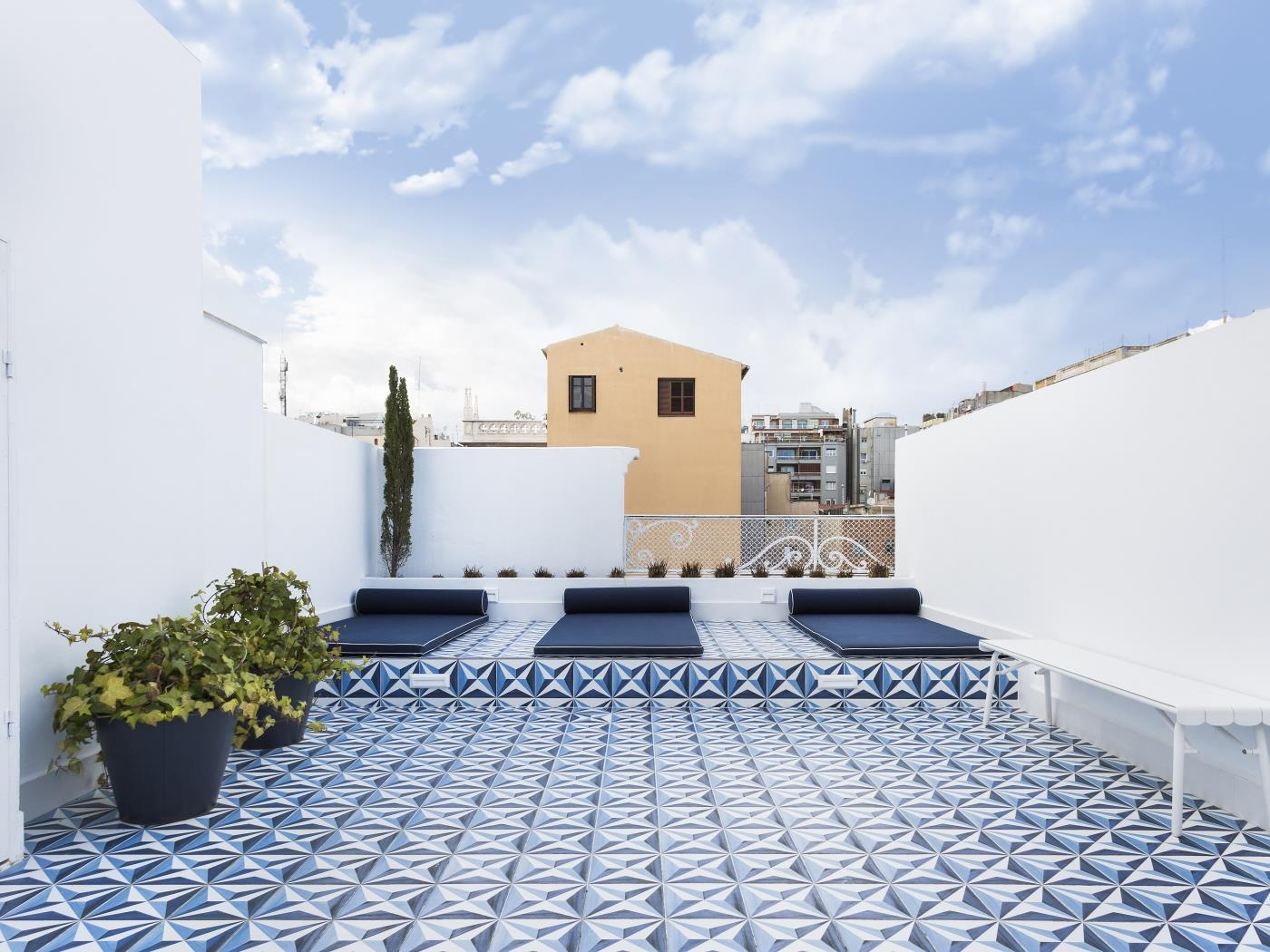 Spacious 2BR flat in central Barcelona with private balcony and shared terrace - My Space Barcelona Apartamentos